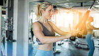 Frau macht Bodyshaping an Zugstation bei Workout