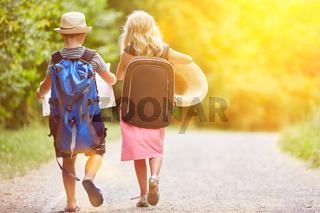 Zwei Geschwister auf Wanderung im Sommer