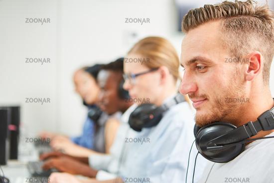 Informatik Studenten im Computerkurs
