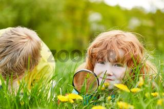Mädchen erforscht die Natur mit einer Lupe