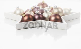 Braune, goldene und helle Christbaumkugeln - eine schöne Dekoration zu Weihnachten.