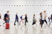 Viele Geschäftsleute auf Reisen im Flughafen