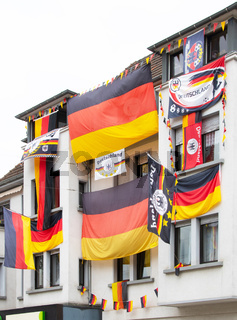 beflaggtes Mehrfamilienhaus zur Fussball-WM 2018