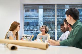 Junges Business Team im Meeting oder Workshop
