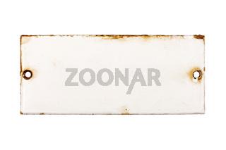 Altes und rostiges Türschild aus Emaille ohne Beschriftung, isoliert auf weißem Hintergrund