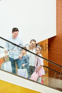 Familie mit zwei Kindern auf Rolltreppe