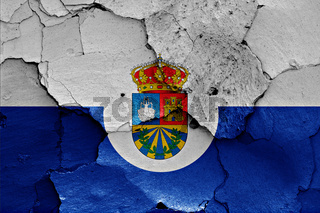 flag of Fuenlabrada painted on cracked wall