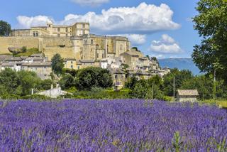 Grignan, auf einem Hügel gelegenes Dorf, mit Lavendel