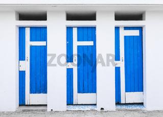 Rustikale Umkleidekabinen mit blauen Holztüren