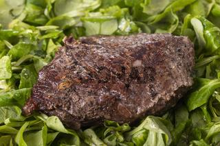 gegrilltes Steak auf Feldsalat