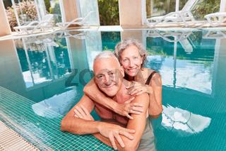 Glückliches Senioren Paar im Swimmingpool