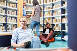 Gruppe Studenten beim Buch lesen in der Bibliothek