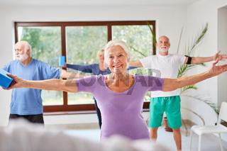 Senioren Gruppe macht Aerobic im Sportstudio