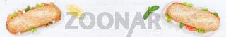 Sandwich Baguette Brötchen Lachs Schinken Banner Textfreiraum von oben auf Holzbrett