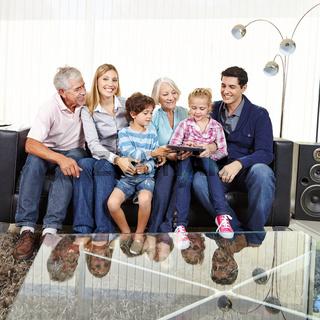 Familie mit Großeltern und Tablet Computer
