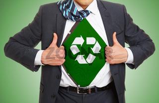 Recycyling Konzept mit Mann der sein Hemd öffnet