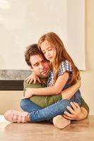 Vater und seine Tochter trösten sich gegenseitig