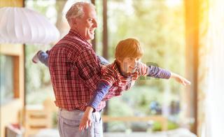Opa spielt mit seinem Enkel zu Hause