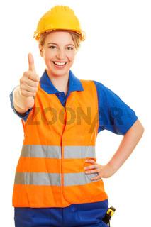 Frau im Straßenbau zeigt Daumen hoch