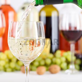 Wein einschenken eingießen aus Weinflasche Weinglas Weißwein Quadrat Weisswein Flasche