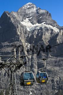 Kabinen der Gondelbahn Grindelwald-First vor dem Wetterhorn, Grindelwald, Berner Oberland, Schweiz