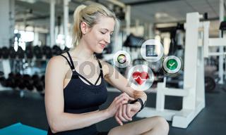Frau misst Puls mit Smart Watch bei Cardiofitness