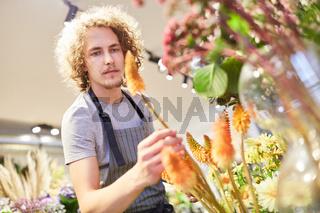 Florist oder Azubi kontrolliert Schnittblumen