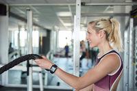 Frau im Fitnesscenter beim Battle Rope Training