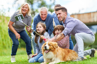 Erweiterte Familie macht Selfie mit Hund