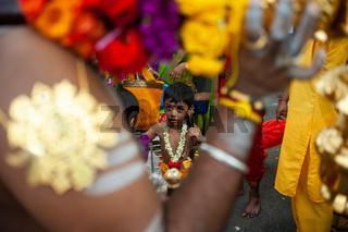 Singapur, Republik Singapur, Junge beim Thaipusam-Fest in Little India