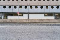 Leere Straße mit Gehweg und Bordstein