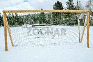 dritter Mann hinterm Tor der Schneemann im Winter