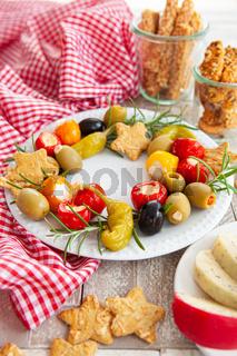 Bunte Antipasti und Kräcker