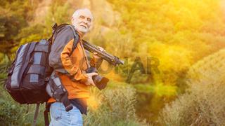 Naturfotograf mit Kamera und Ausrüstung im Rucksack