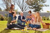 Erweiterte Familie macht ein Picknick im Garten
