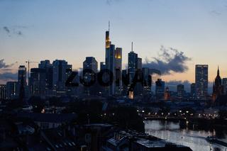 Beleuchtete Wolkenkratzer in Frankfurt am Main Skyline