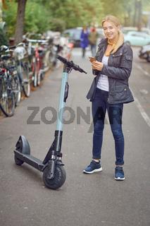 Hübsche junge Frau mietet einen E-Roller