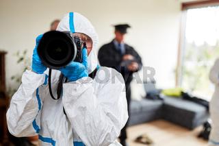 Fotograf der Polizei am Tatort bei Spurensicherung