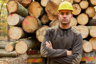 Holzfäller oder Waldarbeiter vor Langholzwagen