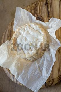 Französischer Weichkäse auf einem Käsebrett