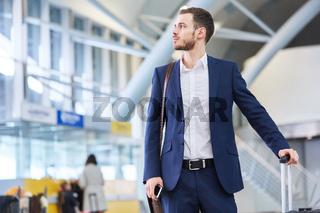Business Mann im Flughafen beim Stopover