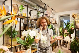 Florist nimmt Bestellung am Telefon entgegen