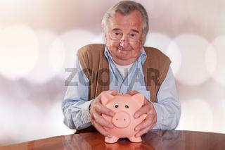 Senior hält sein Sparschwein fest