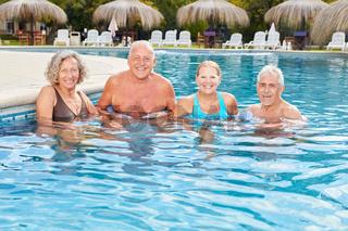 Senioren machen Hydrotherapie in der Therme