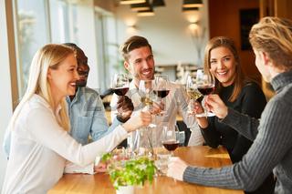 Gruppe Freunde trinken Wein und feiern