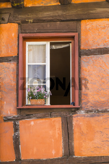 Fenster in Fackwerkfassade mit Blumenkasten