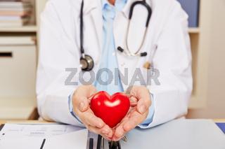 Hand vom Arzt mit rotem Herz
