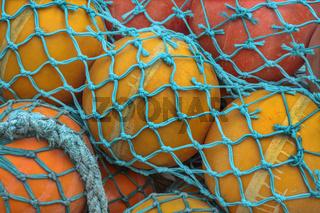Fischernetz mit Schwimmkugeln im Hafen von Kappeln (Schleswig-Holstein)
