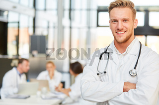 Lächelnder junger Facharzt oder Assistenzarzt