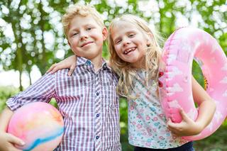 Glückliches Geschwister Paar in den Ferien